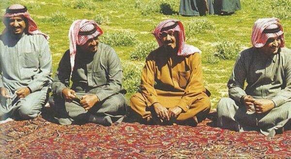 صورة تجمع خادم الحرمين بالملك فهد والملك عبد الله والأمير سلطان