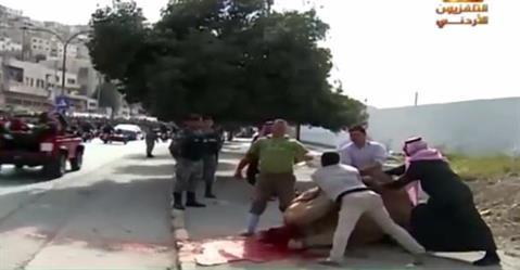 بالفيديو.. أردني يذبح جملًا أثناء مرور موكب خادم الحرمين فرحًا بزيارته