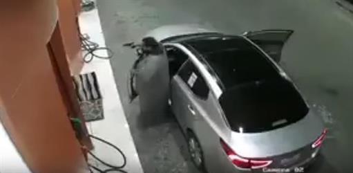 """""""فيديو"""" يُوثق لحظة قيام شابين بسرقة محطة وقود تحت تهديد السلاح بالرياض"""