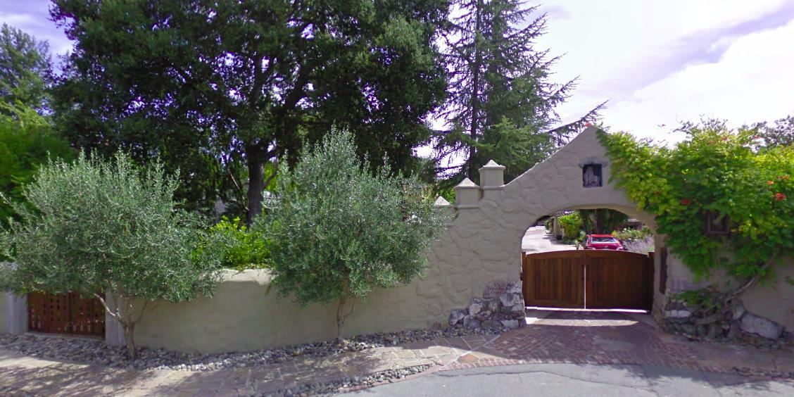 """يعيش """"بيدج"""" وزوجته وولديه في قصر بقيمة سبعة ملايين دولار على سقفه ألواح شمسية وحوله حديقة فسيحة، كما اشترى يختاً فاخراً مقابل"""
