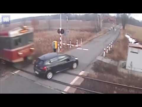 قطار يصطدم بسيارة تجاهلت حاجز العبور