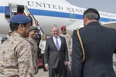 """وزير الدفاع الأمريكي في الرياض: صواريخ الحوثيين تجاه المملكة """"إيرانية"""" ويجب أن تتوقف (صور)"""