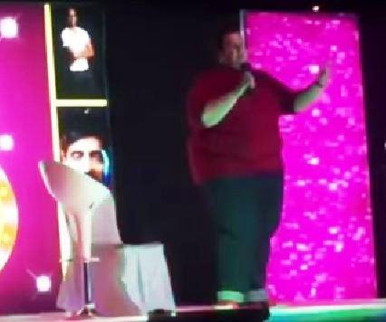 بالفيديو.. مواطن يقاطع عرضاً كوميدياً