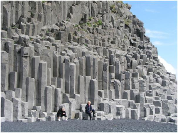 """تحدث ظاهرة """"البازلت العمودي"""" نتيجة انكسار تدفقات الحمم البركانية في البرد، في اتجاه عمودي على التدفق الأصلي، حيث تتكون تشكيلات"""