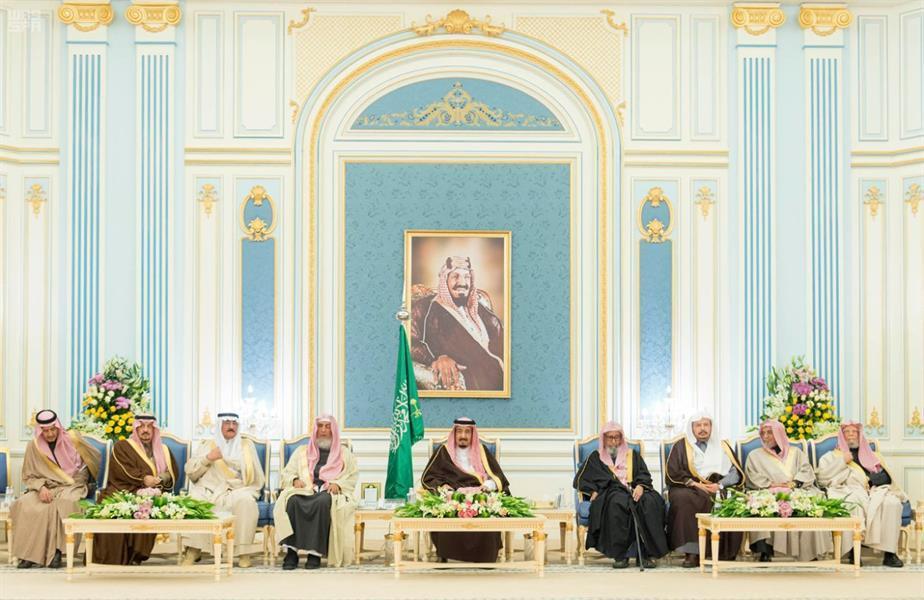 خادم الحرمين يستقبل الأمراء والمفتي وجموعاً من المواطنين: