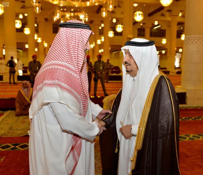 أمير الرياض يتقدم المصلين على والدة الأمير فيصل بن طلال بن عبدالعزيز