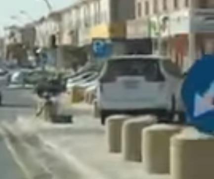 """مواطن يوثق وقوف سيارة """"ساهر"""" على الرصيف.. ومعلقون: ألا تعد مخالفة تستوجب العقوبة؟"""