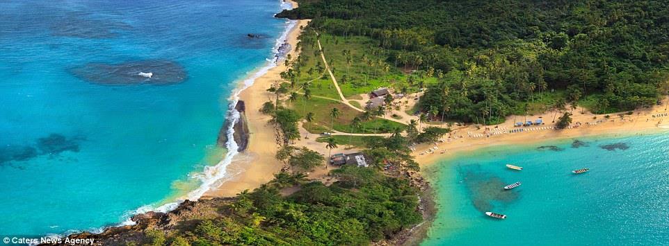 صورة أخرى لأحد الشواطئ الرائعة وتفصل فيها الجزر بين المياه