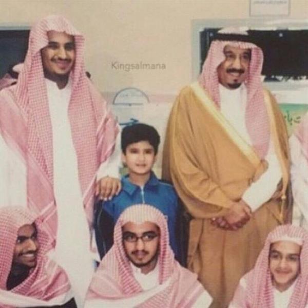 صورة قديمة لخادم الحرمين أثناء زيارته لمحمد بن سلمان في مدرسته