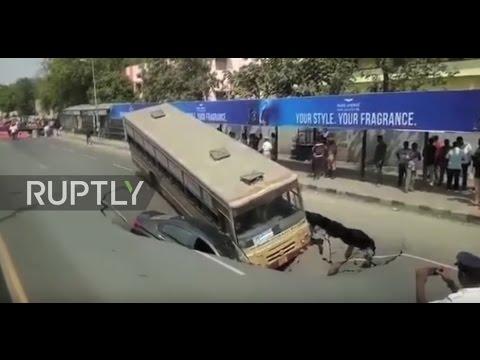سقوط حافلة وسيارة بعد انهيار طريق عام في الهند