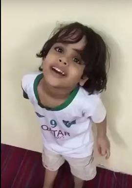 """تداول مرتادو مواقع التواصل الاجتماعي مقطع فيديو لشخص يعنف طفلاً يرتدي قميص النادي الأهلي، مستفسراً منه """"وش تشجع""""،"""