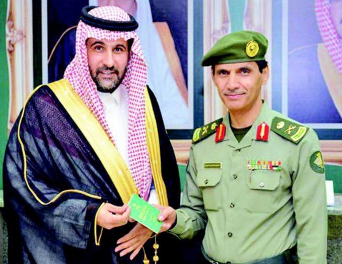 """""""الجوزات"""" تدشن جواز السفر الجديد.. ومدير فرع الرياض يسلّم أول نسخة منه لمواطن"""