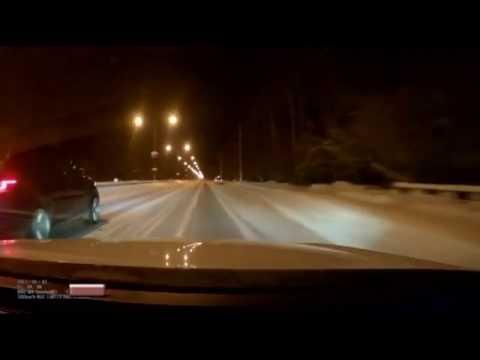 تسابق سيارتين ينتهي بحادث على طريق جليدية