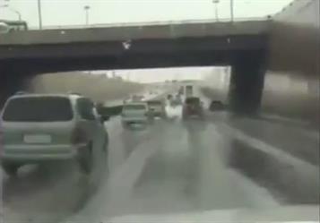 بالفيديو.. هطول أمطار متوسطة على أجزاء من مدينة الرياض