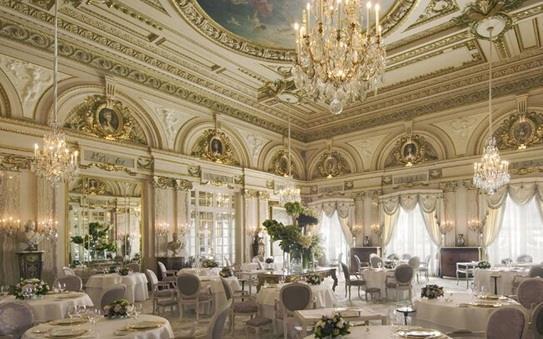 """مطعم """"لويس الخامس عشر"""" المعروف بمطعم الشيف """"ألان دوكاس""""، في فندق """"بلازا أتينيه"""" في باريس"""