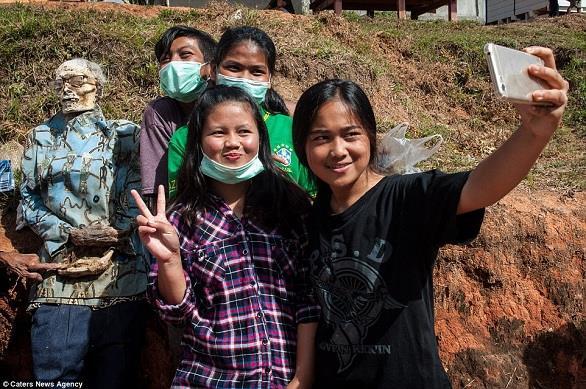 """نبش قبور وتزيين الموتى في طقس """"موسم الحصاد"""" المرعب بإندونيسيا (صور)"""