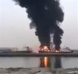 بالفيديو.. حريق في ناقلة نفط يتسبب في وفاة عامل وإصابة 3 في الإمارات