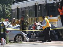 قطار في لوس انجليس يصدم سيارة وإصابة 21 شخصا