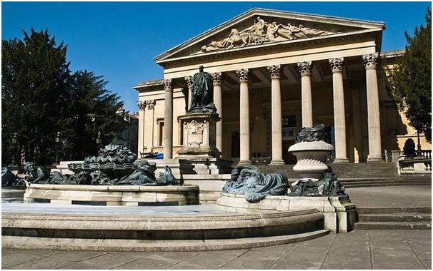 جامعة بريستول، وقد تأسس بها أول قسم للدراما في بريطانيا، ولا يزال يتخرج منه ممثلون متميزون، ويتطلب الالتحاق بها الحصول على 486