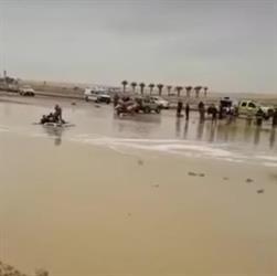 بالفيديو:مدني الرياض ينتشل جثمان شابّ غرقت سيارته بمجرى سيل.. وصرخات مؤلمة من مرافقه