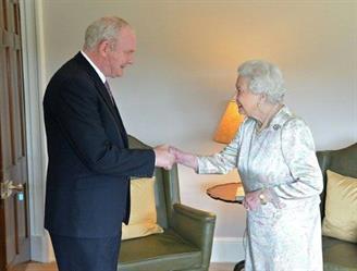 نائب رئيس حكومة ايرلندا الشمالية مارتن مكغينيس مستقبلا ملكة بريطانيا اليزابيث الثانية