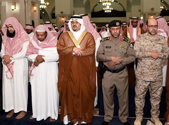 الأمير محمد بن عبدالرحمن يؤدي صلاة الميت على الشهيد الغانم