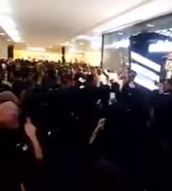 بالفيديو.. متجمهرات يرددن الأهازيج ويهتفن باسم السومة عند استقباله بأحد مولات جدة