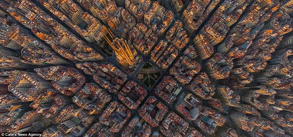 برشلونة، اسبانيا، تبدو مدينة منظمة للغاية وتبدو في منتصفها كاتدرائية برشلونة الشهيرة