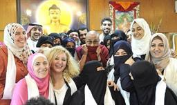 صورة سعوديون وسعوديات و الزعيم الروحي للبوذية التبتية الدلاي لاما