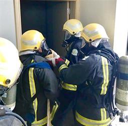 3 طلاب يضربون مثلا في الشجاعة.. كسروا باب شقة لإنقاذ أم وأطفالها الأربعة من حريق