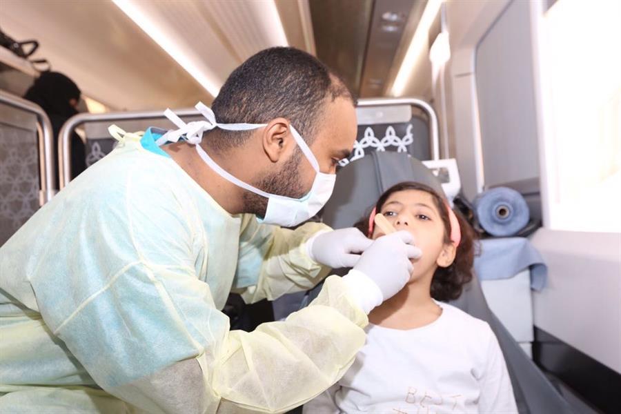 """بالصور.. تقديم خدمات طبية لركاب رحلة قطار """"سار"""" المتجهة إلى القصيم"""