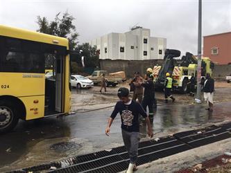 بالصور.. مياه الأمطار تحتجز حافلتين مدرسيتين في أبها وأحد رفيدة