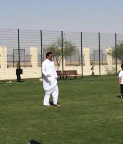 أمير قطر يشارك التلاميذ لعب الكرة في اليوم الرياضي القطري