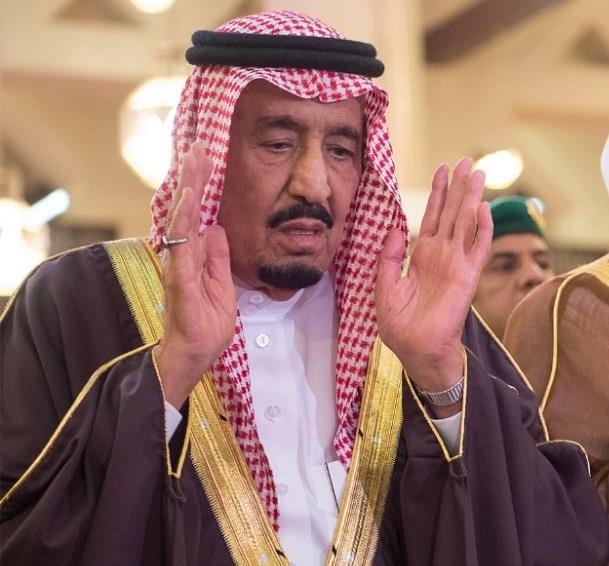 بالصور.. خادم الحرمين الشريفين يؤدي صلاة الميت على سمو الأمير بندر بن فيصل بن عبدالعزيز
