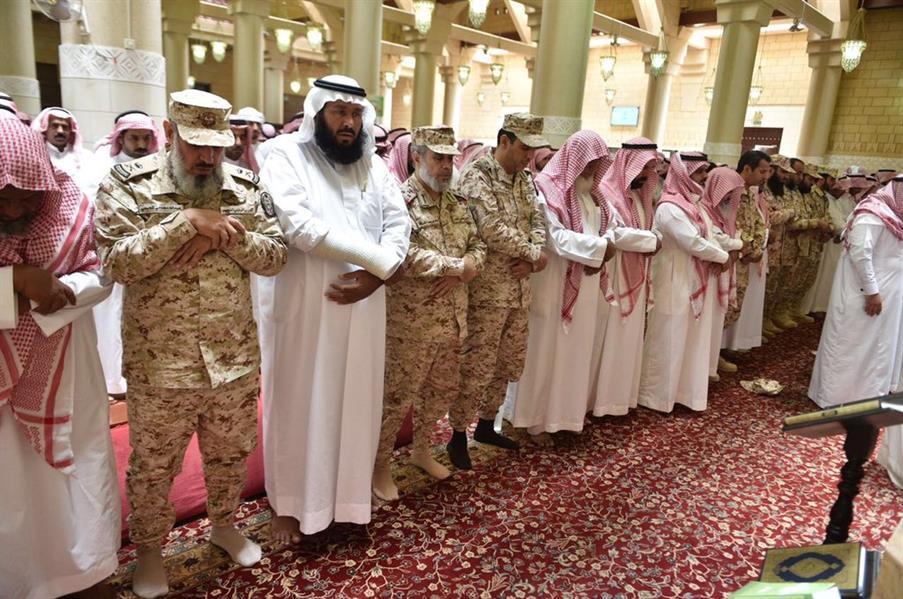 متعب بن عبدالله يعزي أسرة الشهيد علي النتيفات.. وعدد من قادة الحرس الوطني يحضرون الصلاة عليه (صور)