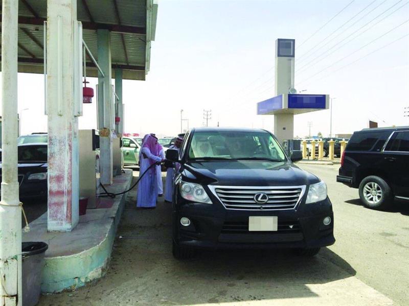 إمارة مكة توضح حقيقة هروب عمال محطة بعدما توقف الأمير خالد الفيصل لتزويد سيارته بالوقود - صورة