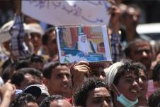 متظاهرون يمنيون يرفعون صور الملك سلمان