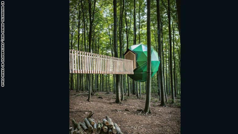 """كوخ """"ذا بومهاوسكوغل"""" في فيتزينهاوسن، ألمانيا من تصميم بيتر بيكر:"""