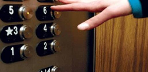 دبي: محاكمة فتاة عربية تحرشت بآسيوي في مصعد ومنعته من الهرب.. ثم سرقت منه 4500 درهم