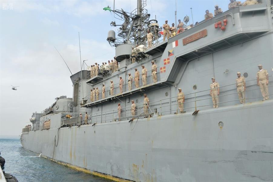 """بالصور.. الفرقاطة """"المدينة"""" التي تعرضت لهجوم حوثي تصل إلى ميناء جدة..."""