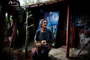 كوبي يحول منزله الريفي البسيط إلى متحف للفن