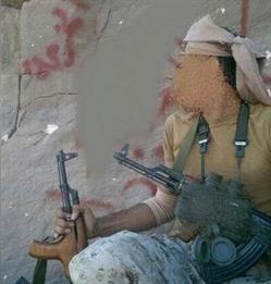 جندي سعودي يوثق انتصاره كتابةً على قمة جبال صعدة ويرسل الصور لوالده