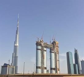 شاهد.. عملية رفع جسر يربط برجين في وسط مدينة دبي