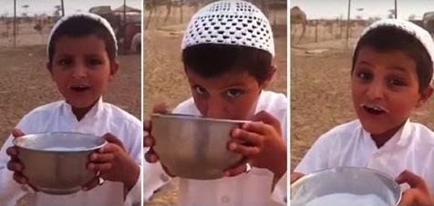 طفلاً يشرب حليب الإبل