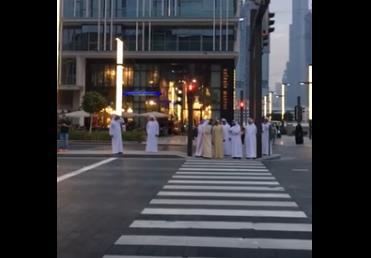 """محمد بن راشد ينتظر """"إشارة المشاة"""" في أحد تقاطعات دبي"""