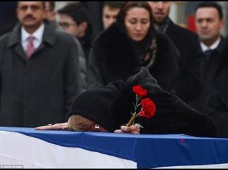 شاهد انهيار والدة وزوجة السفير الروسي أثناء رؤية النعش