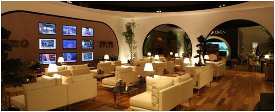 صالة الخطوط التركية في مطار اسطنبول، والذي تضم صالة الانتظار فيه بيانو كبير الحجم، وطاولات بلياردو، ومكتبة، وتليفزيون كبير الح
