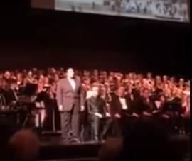 بالفيديو.. مبتعث سعودي يصدح بالأذان بصوت شجي خلال حفلة أوركسترا بأمريكا