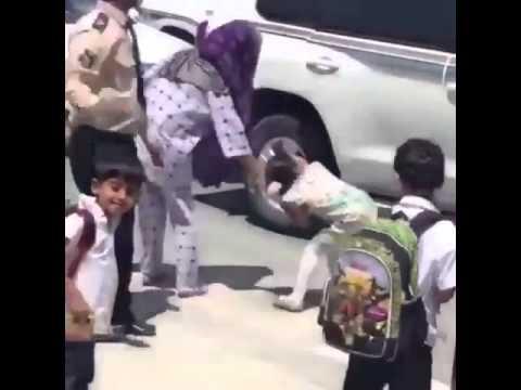 خادمة تسحب طفلة صغيرة من شعرها أثناء أخذها من مدرسة في قطر