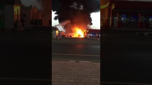 بالفيديو.. اندلاع حريق بمحطة وقود على طريق بيش